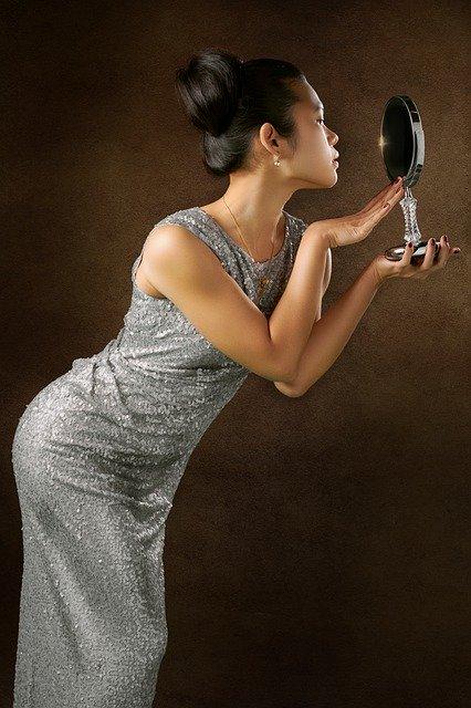 Jak urządzić łazienkę? Jakie lustro wybrać, by łazienka wyglądała na zadbaną i bardzo nowoczesną?