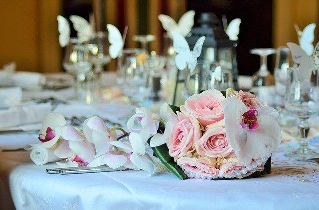 Dekoracje stołu na uroczystości. Rocznica ślubu.